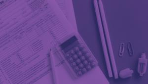 Uma calculadora, lápis e papéis com dados e valores
